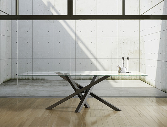 Riflessi propone il tavolo modello Shangai con il piano in cristallo