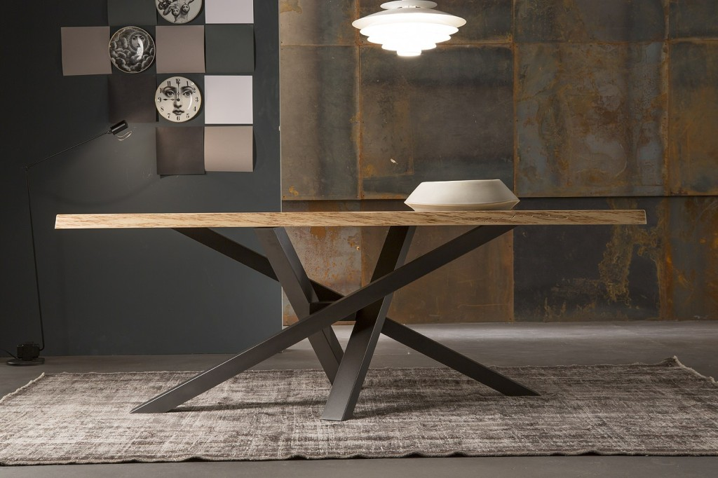 tavolo da pranzo Shangai Riflessi piano in legno scortecciato e base grafite