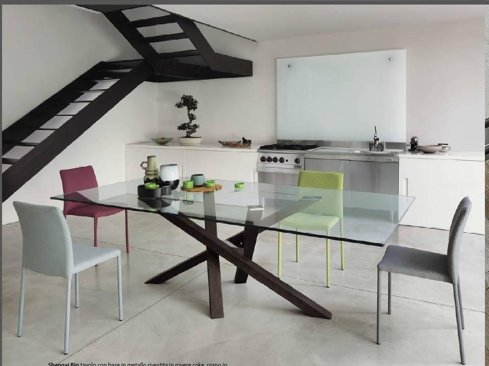 Il tavolo shangai riflessi con gambe in acciaio pietra o for Tavoli in cristallo