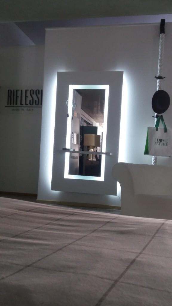 specchio sibilla riflessi con luce led e mensola.